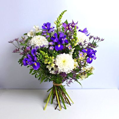 Sapphire bouquet coloured with sapphire, cream and lavender that blooms so pretty nice. A formal gift for any memorable occasions.