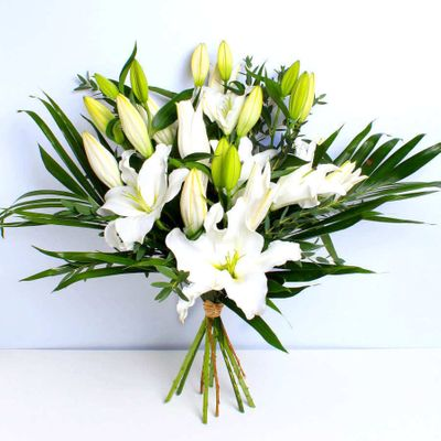 The stunning scent of elegant White Lilies is a firm favourite for many. A classic flower that brings a touch of glamour to anyone's home.