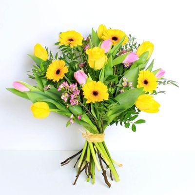 Have sunshine and happiness with our Fruit Salad bouquet. This two-tone arrangement is the signal to the arrival of spring.