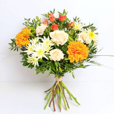 Hedgerow is a beautiful mix of fresh blooms in a warm peach and apricot colour theme. Simple and chic, it is the perfect bouquet for those with an unconventional style.